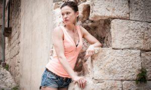 Yuliya Mayarchuk è Inge in La Piramode di Fango